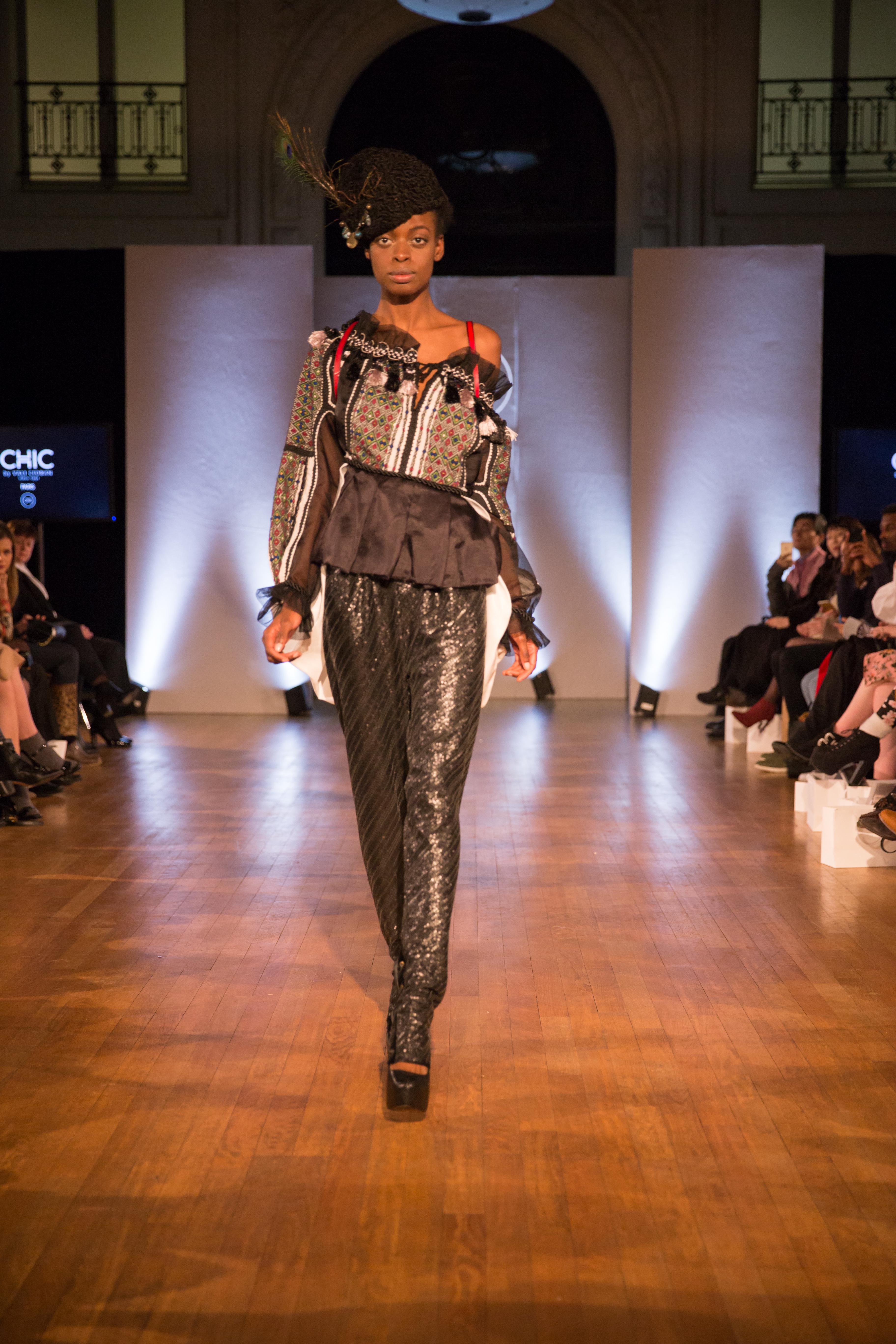 """Creatoarea de modă Vali Cioban şi-a lansat colecţia """"Contrast"""" în cadrul săptămânii modei de la Paris"""